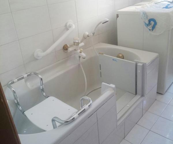 Modifica Vasca Da Bagno Per Anziani Prezzi : Sportello per vasca esistente installazione gratuita in h